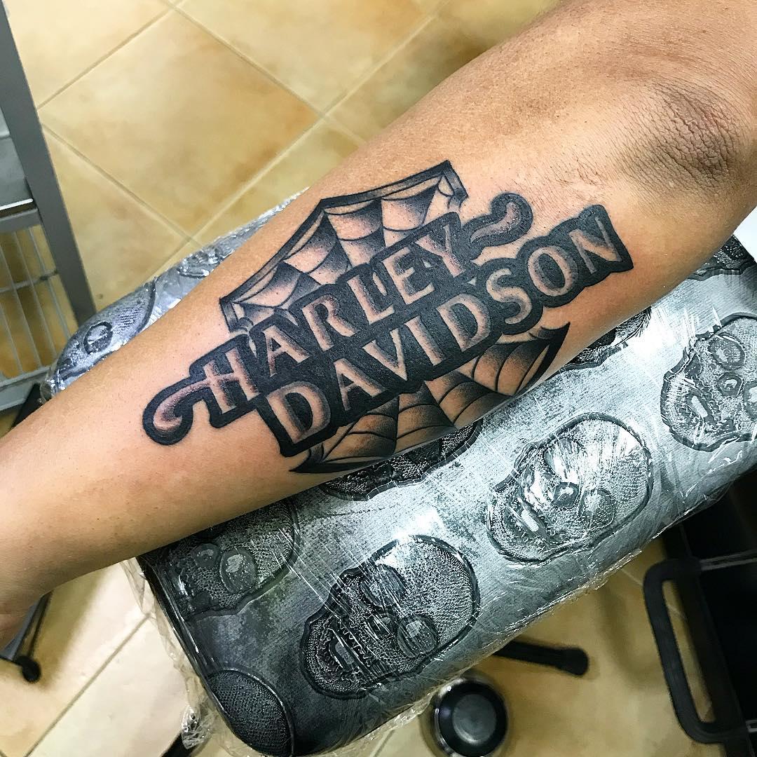 费先生小臂外侧英文字纹身图案
