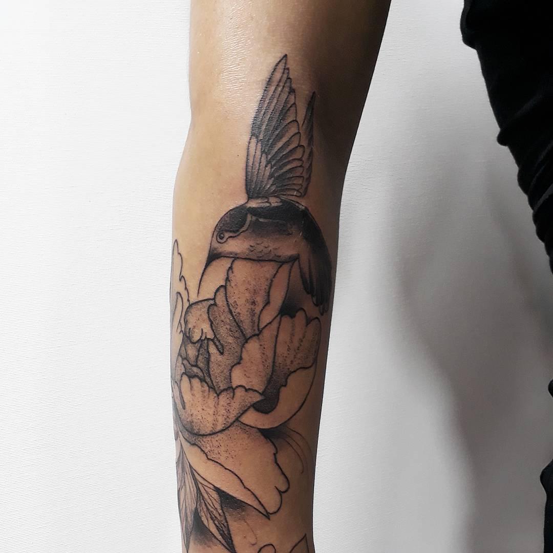 养先生小臂黑灰牡丹鸟纹身图案